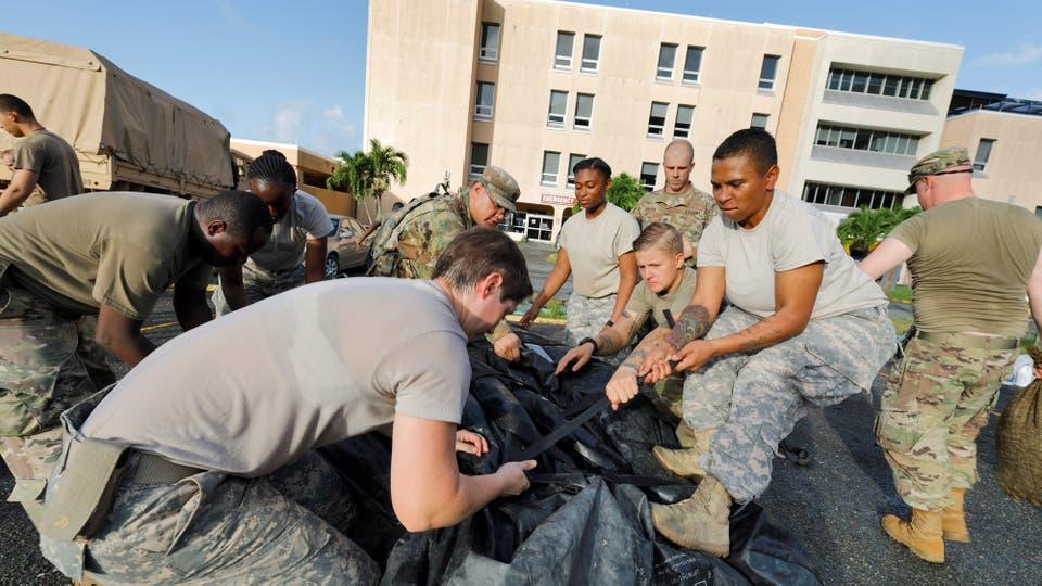 Soldados de la Compañía Médica de Apoyo del Área 602 trabajan ala espera de la llegad del huracán María. Foto: Reuters / Jonathan Drake
