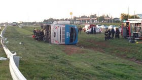 El ómnibus volcó durante la madrugada: dos personas murieron y 17 resultaron heridas