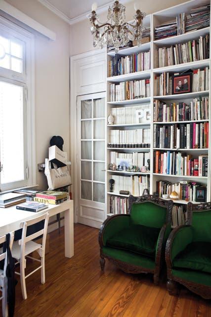 Su colección de libros de moda.  Foto:Living /Santiago Ciuffo