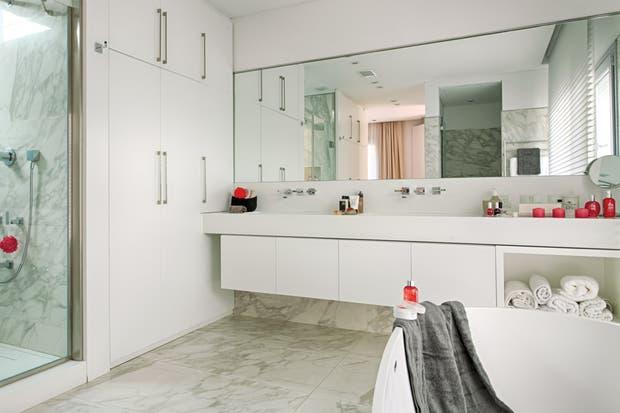 Baño Blanco Piso Gris:Tres baños en blanco y gris – Living – ESPACIO LIVING