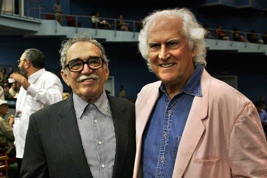 """García Márquez, a la izquierda, y el director de cine Fernando  """"Pino"""" Solanas posan para una foto en el inauguración del Festival de cine  de La Habana. Foto: Archivo"""