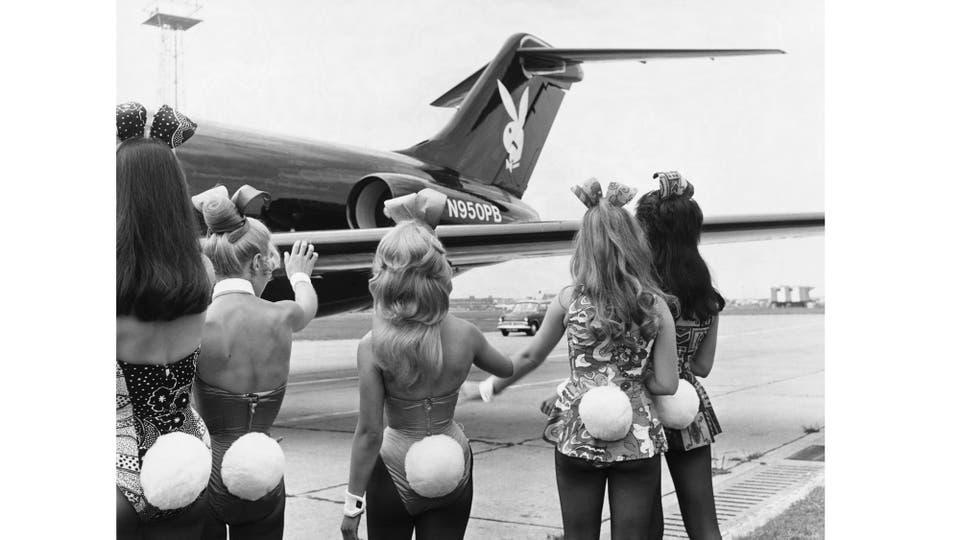 Conejitas en Londres: promotoras de la revista reciben el avión privado de Hefner
