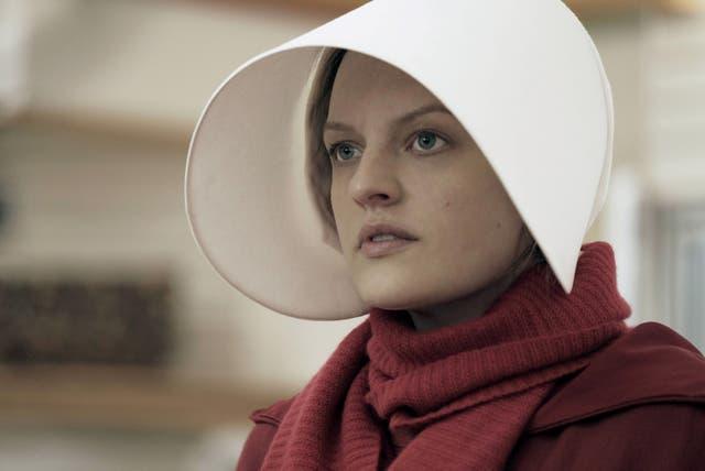 Elisabeth Moss es la protagonista de la serie que inspira nuevas protestas, como la de junio último en Washington: mujeres vestidas como las doncellas de Atwood protestaron frente al Capitolio
