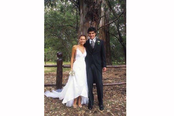 Cuando Pampita se casó en 2002 con Martín Barrantes en un campo en las afueras de Buenos Aires, usó un vestido de corte irregular, escotadísimo y con la espalda descubierta, diseño por Benito Fernández. Llevó un rosario y un bouquet muy pequeño.