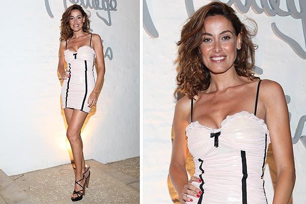 Muy sexy, Débora Bello en el cóctel de Menage a trois, con vestido inspirado en ropa interior en color rosa pálido con vivos negros; sandalias de taco altísimo para completar el look.