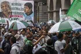 Los manifestantes de Camioneros se movilizaron a la sede de Trabajo