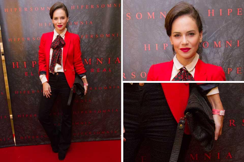 ¡Divina! Luz Cipriota con un look que se llevó todas las miradas: chaqueta roja, camisa con lazo a tono y pantalones negros. Foto: gentileza Prensa