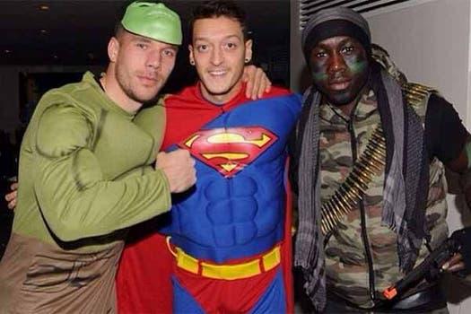Podolski, Ozil y Sagna. Foto: Daily Mail
