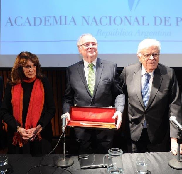 Jaim Etcheverry, ayer, con Ruiz Guiñazú y Sábat