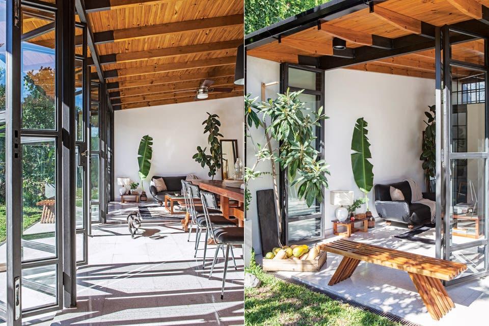 En el living, sillón antiguo retapizado en cuero con almohadones de 50x50cm de algodón tejido ($1.295 c/u), alfombra de 1,5 x 2m ($4.446, todo de Elementos Argentinos), mesa baja de cedro, espejo con marco de pino Brasil recuperado de obra y escalera-perchero de madera de palo blanco (todo de Becca .  Foto:Living /Javier Picerno