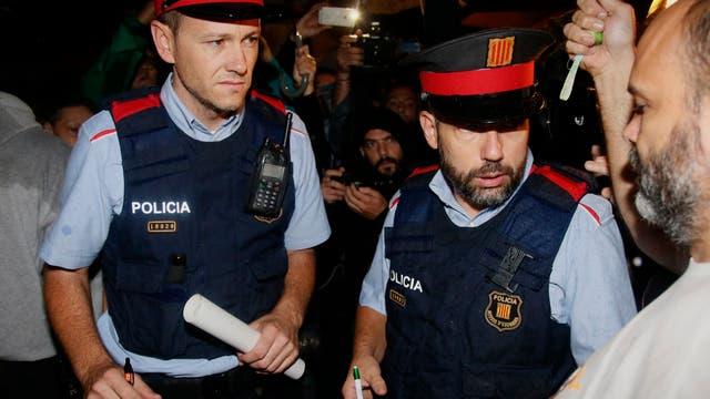 Mossos d'Esquadra, la policía regional dependiente del ejecutivo catalán, que tienen instrucciones de sus comandos de no aplicar la violencia. Foto: AP