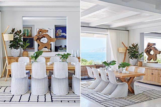 Sobre la mesa de madera, fanales blancos y jarrones de vidrio transparente