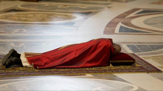 El Papa comenzó la ceremonia con el ritual de tumbarse frente al altar