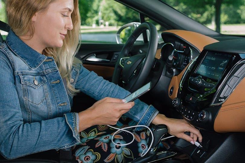 Con pantallas incorporadas o mediante el uso del smartphone, la tecnología puede ser una aliada del conductor para llegar a destino con menos tiempo o para conseguir la nafta más barata