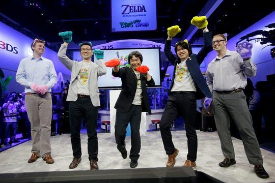 En el centro, Shigeru Miyamoto, el diseñador estrella de Nintendo, en la demostración del juego Super Mario 3D World.