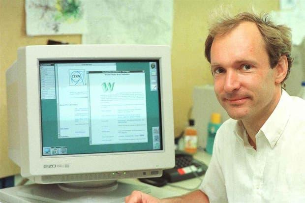 Presentado como un proyecto en 1989, Tim Berners-Lee posa junto al primer sitio web, puesto en línea cuatro años más tarde