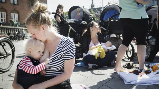Los moderadores reciben orientaciones sobre las nuevas políticas de Facebook con relación a las publicaciones, como la que permite compartir imágenes de mujeres amamantando a sus bebés.