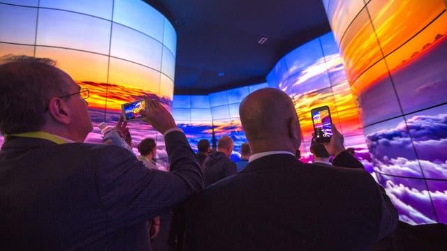 Los visitantes pasean junto a las pantallas LG OLED