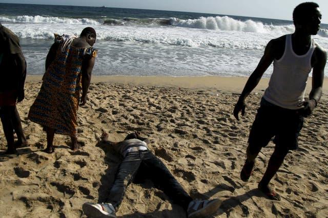 En la playa de Bassam yacían varios de las víctimas mortales del atentado