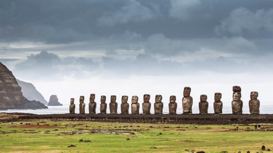 Tongariki, el sitio arqueológico con la formación más grande de moáis reubicados en su posición original, de espaldas al mar
