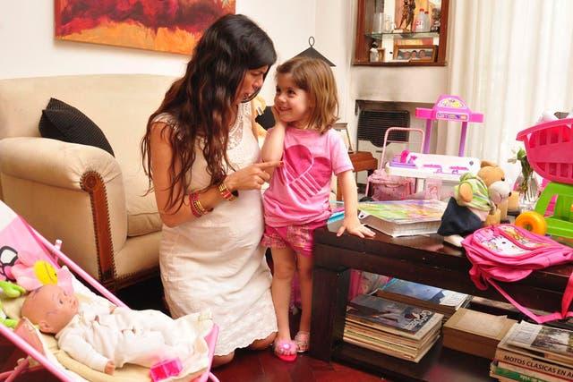 Con Olivia en brazos, de 3 años, y esperando a Salvador, Victoria Casserly está agotada, y lo confiesa