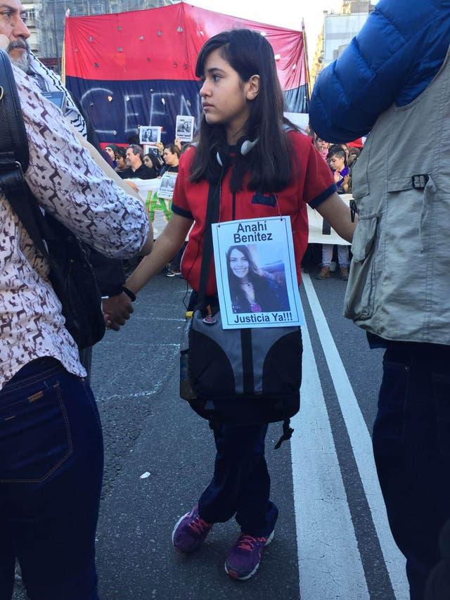 Los manifestantes se concentraron en la esquina de las avenidas de Mayo y Nueve de Julio, desde donde planeaban marchar hacia el Congreso Nacional