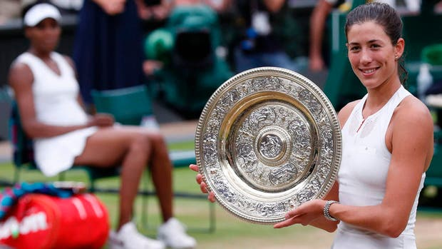 La alegría de Muguruza con su premio mayor; de fondo, Venus Williams