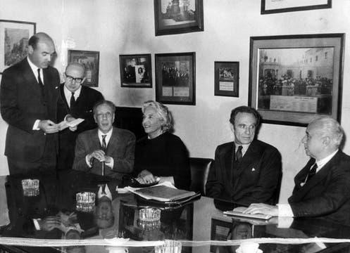 Bioy Casares y Jorge Luis Borges en el jurado de un concurso literario organizado por La Nacion. Foto: Archivo / LA NACION