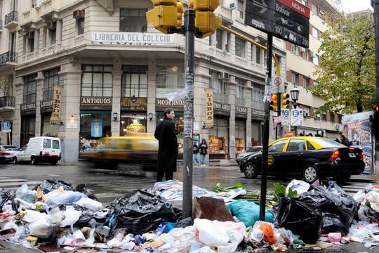 Un trabajador murió a raíz de las demoras en un traslado, están de paro y la ciudad llena de basura. Foto: DyN