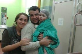 Renzo junto a sus padres antes de la operación