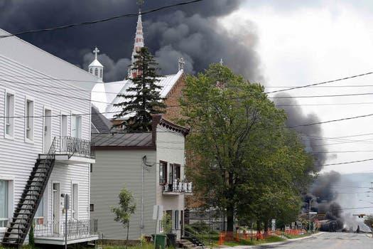 El humo negro, un indicio de la explosión del crudo. Foto: Reuters