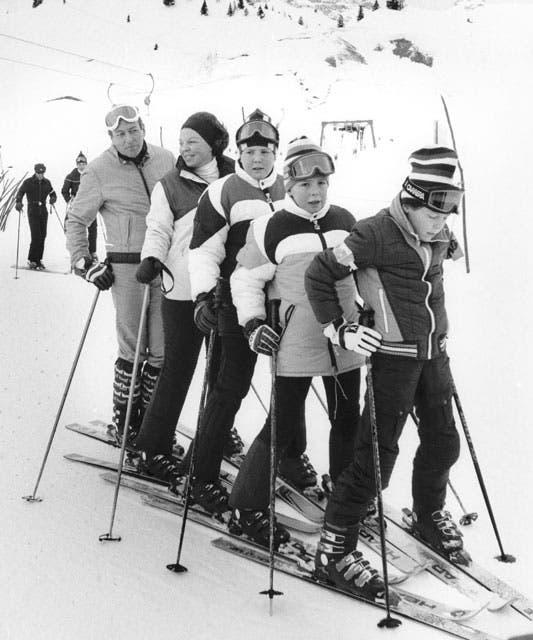 El príncipe Claus, Beatriz, Guillermo Alejandro, Friso y Constantino. La familia completa esquiando en Lech, Austria, el año en que Beatriz accedió al trono.. Foto: /AP y Getty Images
