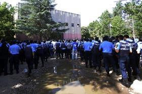 Algunas personas aprovecharon el acuartelamiento de la policía para saquear supermercados