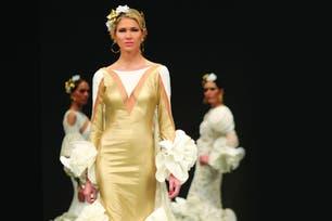 ¡Y olé! La mujer de Diego Simeone –en la foto durante la pasada de María Ramírez- desplegó su estilo y sensualidad en el Salón nternacional de Moda Flamenca 2017.