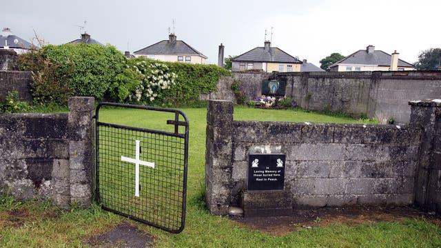 Un santuario de Tuam, condado de Galway erigido en memoria de hasta 800 niños que supuestamente fueron enterrados en el lugar de la antigua casa para madres solteras dirigidas por monjas