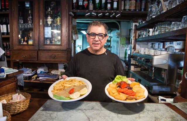 Osvaldo Mansilla, de Bar Celta, con algunas de las opciones