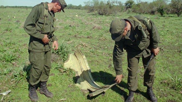 Soldados uruguayos inspeccionan un fragmento del avión