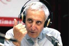 Néstor Ibarra, en plena labor en la radio