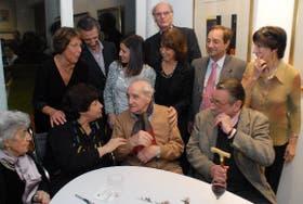 Coppola, flanqueado por Raquel y Carlos Peralta Ramos, junto a parientes y amigos