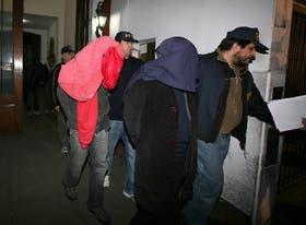 El traslado de los detenidos, anoche, desde la comisaría 6a. porteña para declarar hoy ante la Justicia