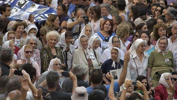 Estela de Carlotto junto a otras abuelas de desaparecidos y militantes de derechos humanos
