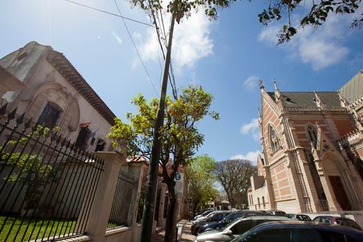 La antigua casa colonial donde funciona el colegio secundario San Juan el Precursor está enfrente de la Catedral. Foto: LA NACION / Guadalupe Aizaga