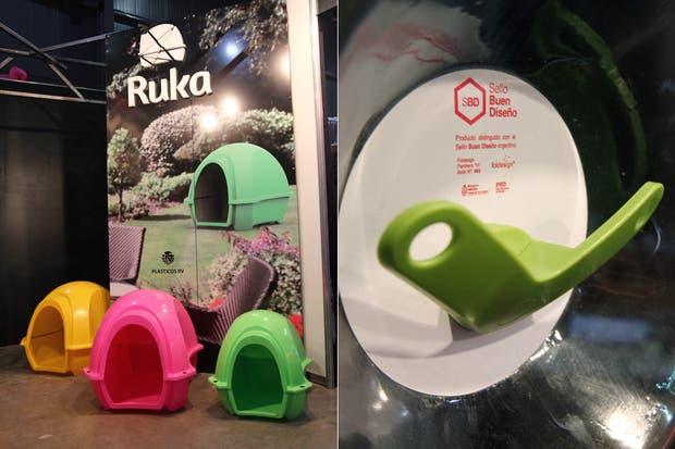 Además de las llamativas cuchas, Ruka fabrica percheros de colores súper resistentes.  /Matías Aimar