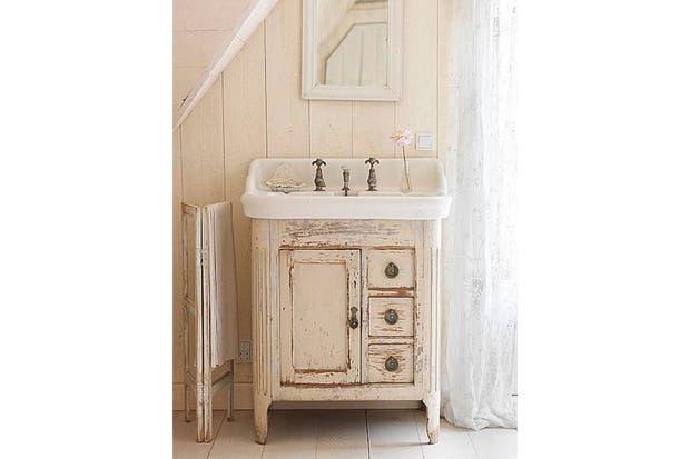 Estos muebles fueron restaurados y reacondicionados para funcionar como vanitorys con un estilo personal.  /Clivetompsett.com