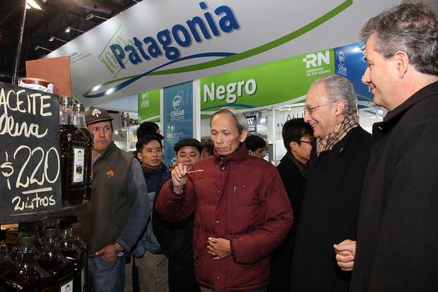 El embajador de Vietnam, Dang Xuan Dung (campera bordó), al visitar la muestra