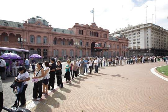 Largas colas para sacar la tarjeta SUBE. Foto: LA NACION / Fernando Massobrio