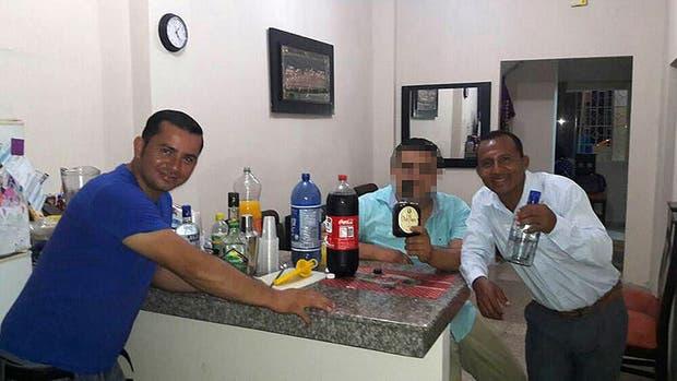 José Luis Pérez Castro, acusado del crimen (de remera azul), el de la derecha es su primo Lucio Castro; una foto de la noche antes de la detención de José Luis