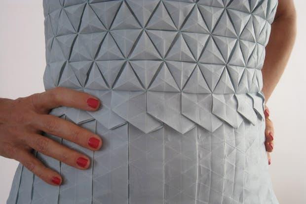 Vestido de origami en tela de Romina Goransky.