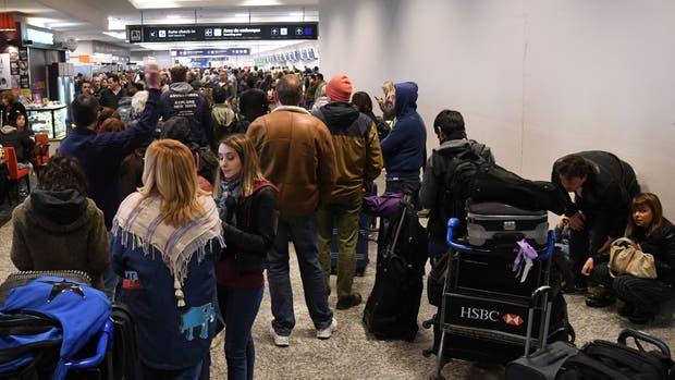 Más de 100 vuelos fueron cancelados en todo el país