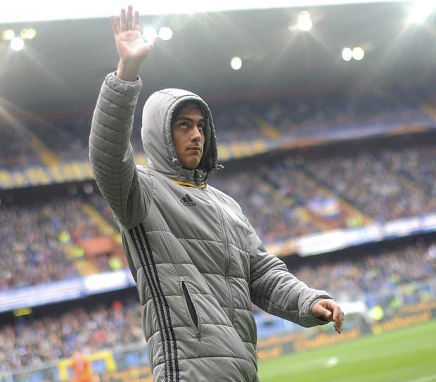El saludo de Dybala busca llevar calma, ayer, en Génova